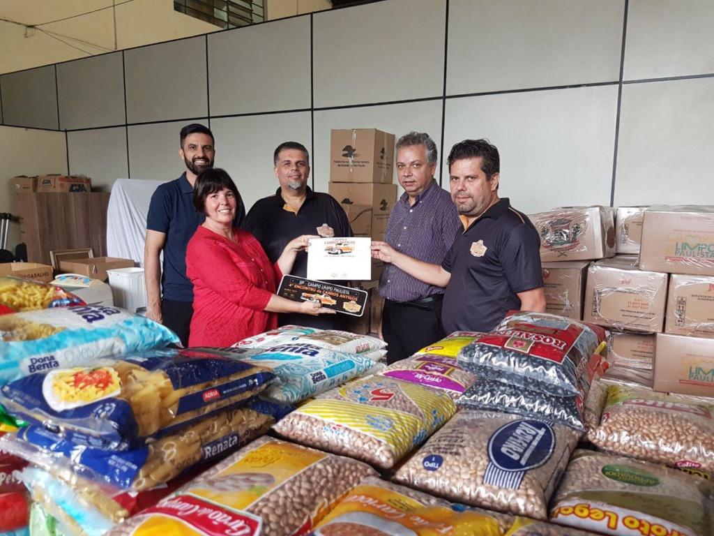 Fundo Social recebe 500 quilos de alimentos dos Amigos do Carro Antigo